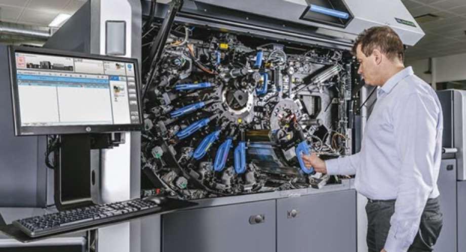 HP Indigo Printer operated by employee